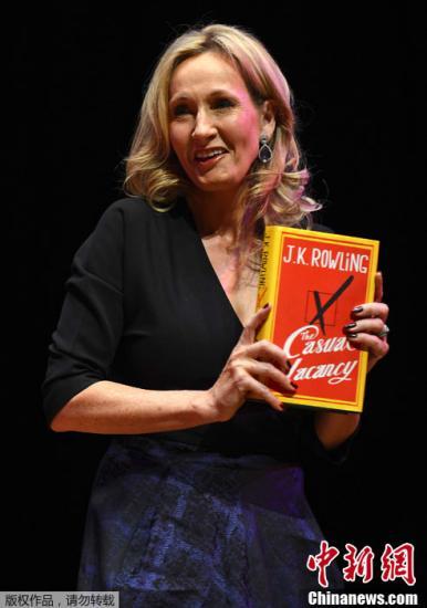 """当地时间9月27日,英国伦敦,""""哈利波特之母""""J?K?罗琳在自己的新书《临时空缺》的推介会上。"""