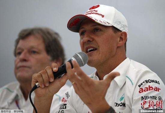 资料图:曾七夺F1世界冠军的车王舒马赫向媒体宣布他将于2012赛季后退役,这是他于2006年9月10号意大利蒙扎站宣布退役后的第二次退役。图为2012年10月4日,舒马赫新闻发布会接受媒体采访。