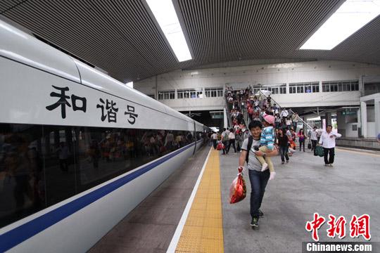资料图:乘座福州至厦门D6245次列车的旅客进站上车。陈艳 摄