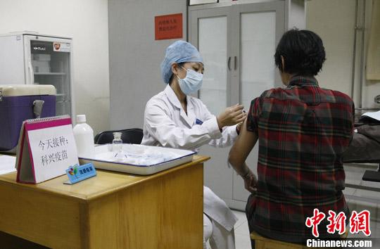 2012年10月10日,北京流感疫苗接种启动,60岁以上老年人和在校?#34892;?#23398;生仍享受免费接种政策。<a target='_blank' href='http://www.tqepnt.tw/'>?#34892;?#31038;</a>发 张家瑞 摄