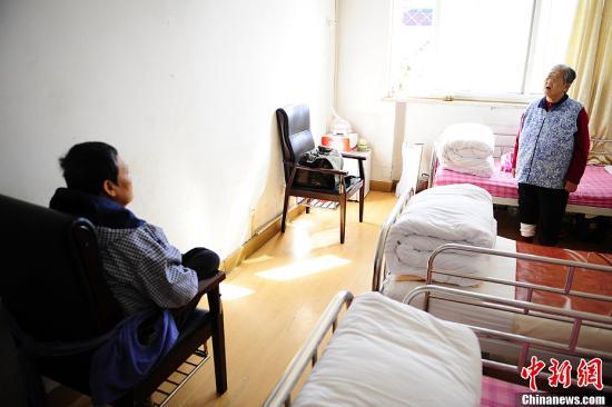 """10月13日,在北¶市郊区一家专业收��阿尔茨海默病(Alzheimersdisease,中文俗称""""老年痴呆症"""")的专科医院,两名该病患者正在病房内。因��该症状的特殊性,病房区的房门特意安装了电子锁,只能刷卡进出,以防止患病老人出现意外。近日,中国卫生部公开表示老年痴呆症规范名称是""""阿尔茨海默病""""。a target='_blank' href='http://www.chinanews.com/'中新社/a发 崔楠 摄"""