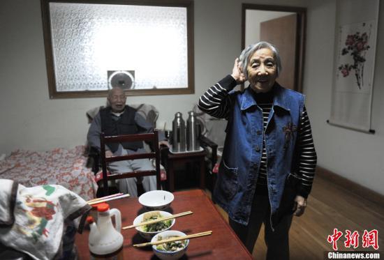 老有所依,是人到晚年最基本的诉求。据统计,中国80岁以上高龄老人已超过2000万。人口学专家预计,到2015年,中国老年人口将达到2.15亿。目前北京市户籍60岁及以上老年人口为235万,据估计,未来三年,北京市将有47万名老年人需要护理、照顾。随着年轻人异地工作,父母与子女异地居住,空巢老人越来越多。养老,在中国其实是个并不轻松的社会问题。相对于传统的居家养老来说,机构养老近些年越来越为国人所接受。2012年10月24日,记者走进了北京市一家公益养老机构――北京市第五社会福利院内,来了解在这里生活的老人们的生活状态,和他们的所思所想。 周海峰和老伴孔惠仪在北京市第五社会福利院已经住了三年...