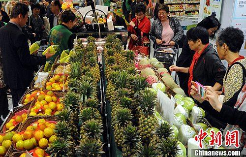 11月2日,许多香港市民在商场内选购新鲜的台湾水果。有些水果刚一摆上柜面就被抢购一空。今年台湾的优质冬季水果特卖会展售了台湾的黑钻石莲雾、柳丁、燕巢芭乐、金钻凤梨等,由于品种独具特色且价格合理,因此深得香港市民的喜爱。<a target='_blank' href='http://www.chinanews.com/'>中新社</a>发 任海霞 摄