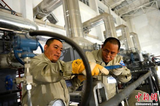 资料图:北京东郊供热厂锅炉运行车间,工作人员调整锅炉循环流量。 蓝山 摄 图片来源:CFP视觉中国