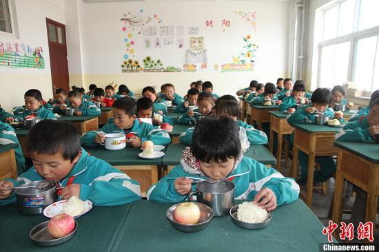 """资料图:天祝藏族自治县华藏寺镇教育辅导站岔口驿小学的学生们在享受""""营养早餐""""。张道正 摄"""
