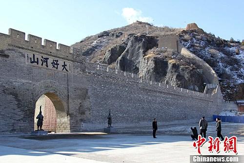 资料图:几名游客在张家口大境门西段长城处合影留念。<a target='_blank' href='http://www-chinanews-com.mysnoopy.net/'>中新社</a>发 谭地 摄