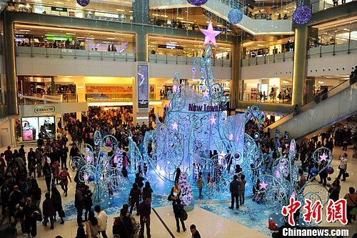 资料图:香港一商场点亮圣诞灯饰。<a target='_blank' href='http://www.chinanews.com/'>中新社</a>发 谭达明 摄