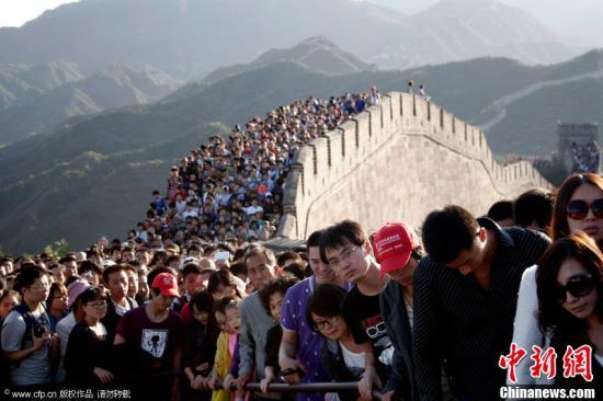 八达岭长城上游人如织(资料图)。图片来源:CFP视觉中国