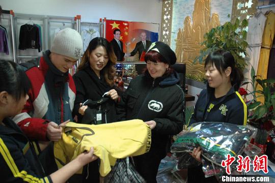"""图为来绥芬河购物的俄罗斯游客在中国商人开的""""涉俄""""商店购物,他们用俄语进行交流,进行讲价(资料图片)。发 宋述禹 摄"""