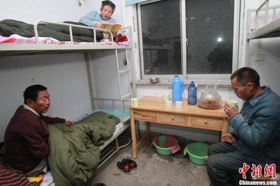 资料图:郑州民政局设立的临时救助站。白周峰 摄 图片来源:CFP视觉中国