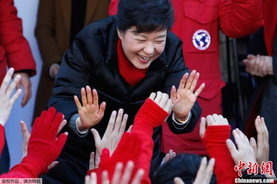 """资料图片:韩国2012年第18届总统选举投票19日举行,两大主要候选人、执政党新国家党朴槿惠和在野的民主统和党文在寅上演""""雌雄对决""""。"""