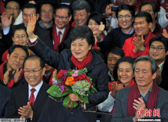 2012年12月19日,韩国执政党新国家党总统候选人朴槿惠在韩国第18届总统选举中获胜,将成为韩国首位女总统。朴槿惠于19日晚在光化门发表胜选演讲时表示,她将成为落实承诺和关切民生的总统。