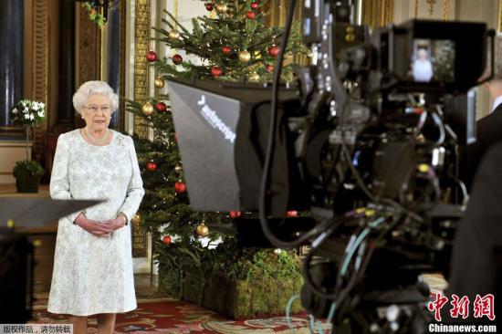 当地时间12月7日,英国女王伊丽莎白二世于白金汉宫录制了一年一度的圣诞致辞。与众不同的是,这次加入了3D效果,属王室首例,观众只要配备相应的3D器材就能观看到3D特效。