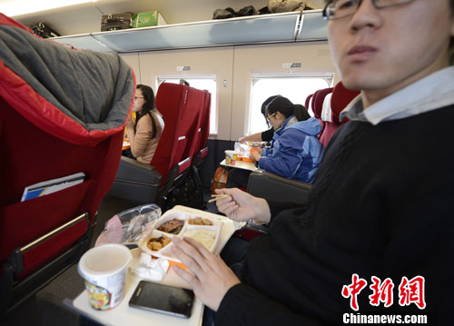 图为G801次列车一等座席的乘客在品尝列车提供的餐食。<a target='_blank' href='http://www.chinanews.com/'>中新社</a>发 侯宇 摄