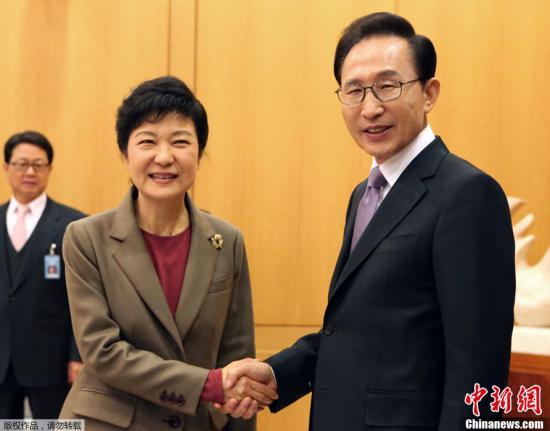 当地时间12月28日下午,韩国总统李明博和新当选的第18届韩国总统朴槿惠在首尔青瓦台举行会晤,就政权交接等问题交换意见。