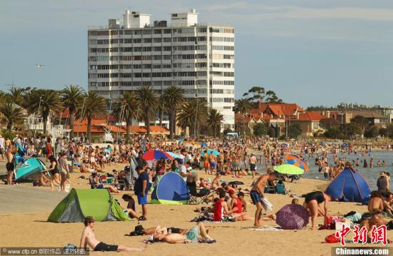 资料图:澳大利亚墨尔本,人们在海边避暑。图片来源:CFP视觉中国