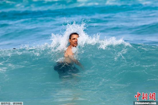 资料图:美国总统奥巴马携家人赴夏威夷度假期间,在海中游泳悠闲自在。