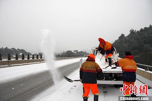 图为高速公路养护人员对路面撒盐。中新社发 刘剑 摄