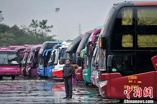 资料图:客运车站停满了大客车。中新社发 洪坚鹏 摄