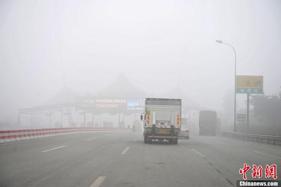 资料图:成都再遇大雾袭击,成都绕城高速公路出入口封闭。<a target='_blank' href='http://www-chinanews-com.5277www.com/'>中新社</a>发 安源 摄