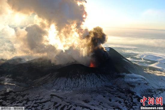 资料图:俄罗斯堪察加半岛上的火山喷发。
