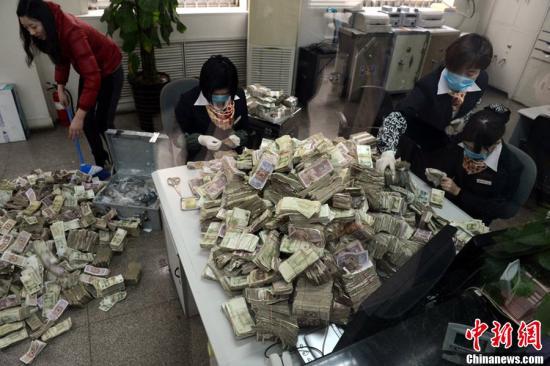 """资料图为工作人员清点""""毛票""""。杜小伟 摄 图片来源:CFP视觉中国"""