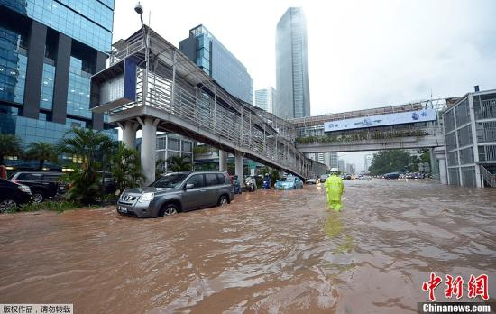 资料图:印尼首都雅加达遭洪水侵袭。