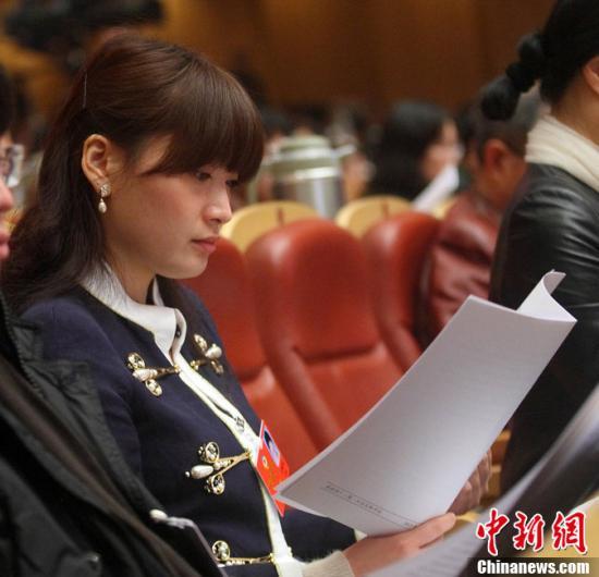 1月24日,浙江省政协十一届一次会议开幕式上,宗庆后女儿宗馥莉成为焦点。这是她第一?#25105;?#25919;协委员的身份参会。陈中秋 摄 图片来源:CFP视觉中国