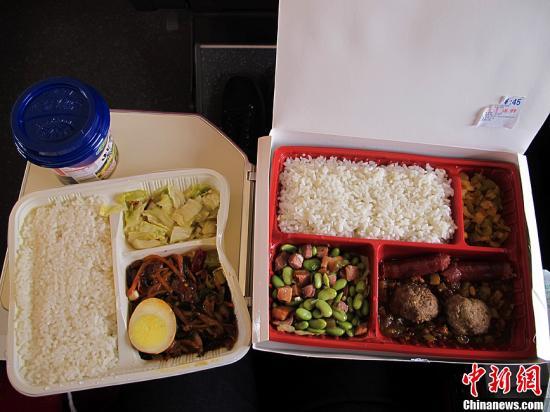 资料图 高铁上45元的盒饭与15元的盒饭。发 张家瑞 摄