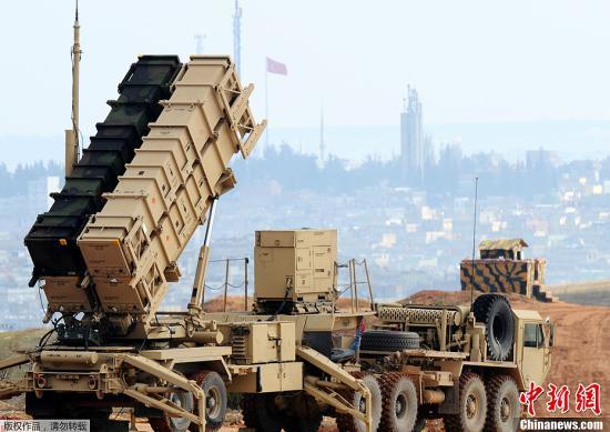 """当地时间2月5日,美国军方宣布,在土耳其边境加济安泰普军事基地部署的""""爱国者""""导弹防御系统已投入使用,可为土耳其边境提供保护。据外媒报道,美国、德国和荷兰各自承诺在土耳其与叙利亚边境的三个城市部署两套""""爱国者""""导弹系统和400名士兵来操作这些系统。六套""""爱国者""""导弹系统都将连入位于德国的指挥中心。"""