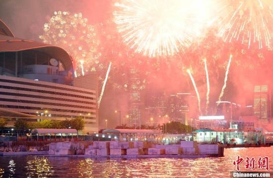 """2月11日晚,香港农历新年烟花绽放。""""金蛇""""在维港上空及海面两岸循环飞舞。今年的烟花汇演主题为""""新春新气象"""",共燃放23888枚烟花,历时23分钟分八幕。除此之外,今年烟花汇演加上许多创意新元素以及最高技术含量的特技激光等效果,是香港烟花汇演史上的一次崭新尝试。三十余万人观看维港两岸烟花汇演。 <a target='_blank' href='http://www.chinanews.com/'>中新社</a>发 任海霞 摄"""