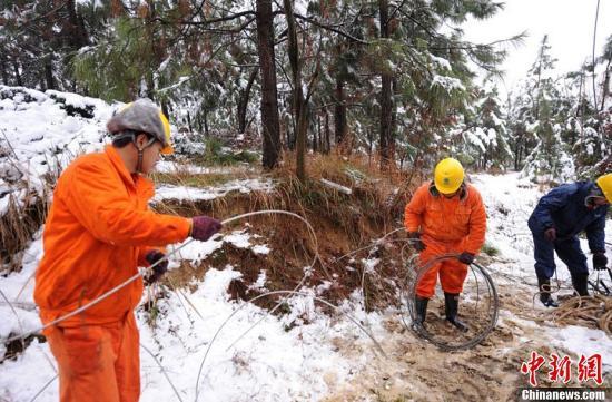 资料图:电力抢修工人在工作。韩晓磊 摄