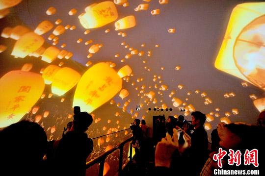 2月19日,民众在台湾新竹市首座720度全天域剧场观看天灯。<a target='_blank' href='http://www-chinanews-com.souyuanlin.com/'>中新社</a>发 王东明 摄