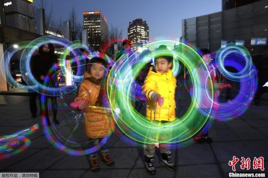 资料图:韩国首尔,民众在爱宝乐园游玩。