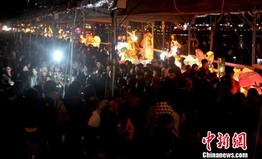 资料图:台湾高雄爱河沿岸举办的灯会吸引大批民众参观。<a target='_blank' href='http://www.chinanews.com/'>中新社</a>发 王东明 摄