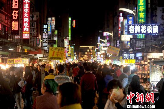 原料图:台湾高雄六相符夜市。中新社发 王东明 摄
