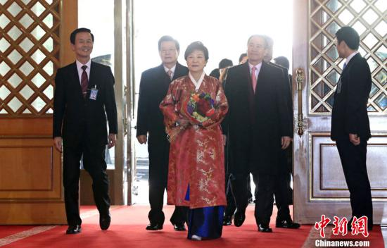 当地时间2013年2月25日,韩国首尔,韩国新任总统朴槿惠在就职典礼结束后身着韩服进入青瓦台。图片来源:CFP视觉中国