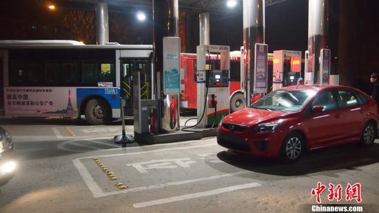 2月24日晚11点左右,记者在南京主干道上的五家加油站内并没有看到有汽车排队加油的情况,蛇年油价首次上调,南京车主反应颇为平淡。黄鹂 摄