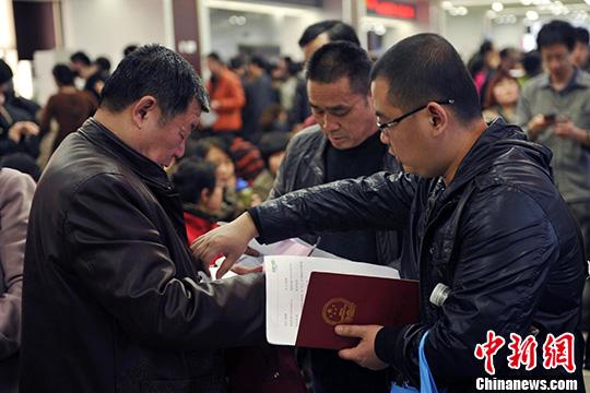资料图 郑州市房管局交易大厅中办理手续的市民。 胡影 摄