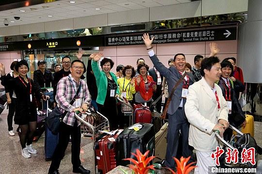 资料图:旅客抵达台湾桃园机场。中新社发 王东明 摄