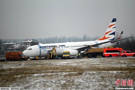 当地时间3月13日,波兰卡托维兹机场,一架由埃及沙姆沙伊赫飞抵的波音737-800客机降落后滑出跑道,176名乘客和6名机组人员无人受伤。