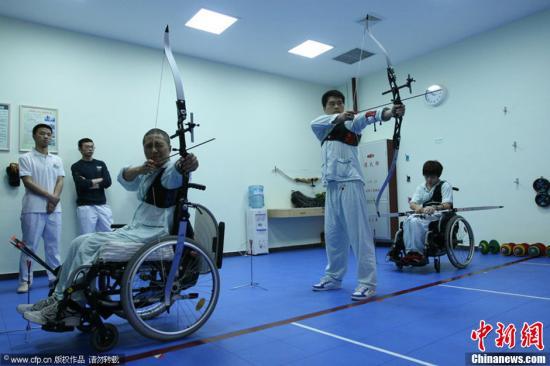 03月20日,国内首家射箭治疗室在广东工伤康复医院落户开始投入使用,在物理治疗活动中采用射箭治疗,这在国内尚属首创。射箭治疗主要应用于伴有上肢及躯干肌肉力量、协调性、呼吸功能、负重能力下降的脊柱脊髓损伤、骨折及运动创伤、烧伤、手外伤、腰肌痛的疾患。郗建新 摄 图片来源:CFP视觉中国