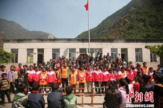 资料图:四川凉山逾400名偏远农村小学生接受社会捐助。 高寒 摄