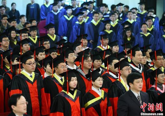 资料图:博士生和硕士生参加毕业典礼。中新社发 泱波 摄