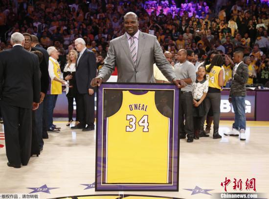 当地时间2013年4月2日,洛杉矶,1213赛季NBA常规赛,湖人VS小牛。中场休息时,奥尼尔球衣退役仪式举行。