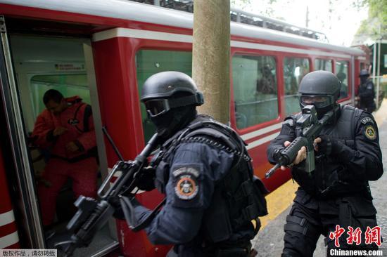 当地时间4月6日,巴西特别警察作战营(BOPE)在巴西科尔科瓦多山顶举行反恐演练。该作战营始建于1978年,是隶属于巴西里约热内卢州宪兵的特别精英部队。目前,该营编制规模为400人左右。