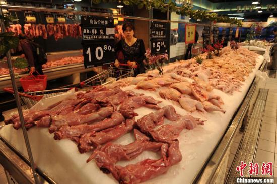 4月8日,重庆沙坪坝一农贸市场购买家禽的市民较平日甚少。农贸市场家禽商贩讲,受禽流感的影响,平日家禽的销售量能达到一百只,现在一天只能卖出近十只,销售量大幅降低。图为一超市家禽肉类区前来选购的市民较少。中新社发 陈超 摄