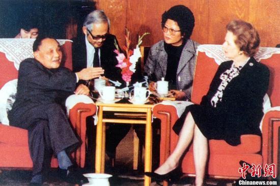 """图为1984年12月19日,邓小平会见英国首相玛格丽特·撒切尔夫人,阐述""""一国两制""""的构思。中新社发"""