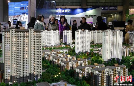 4月11日,参观者在北京春季房展会的河北展区咨询参观。据悉,本届北京春季房展的国内参展房地产项目中,京外项目成为了参展的主力,参展项目数占到近八成。中新社发 李慧思 摄