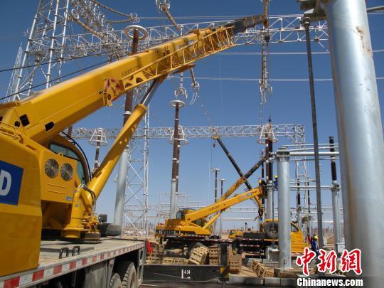 资料图:国家电网在新疆的一项重点建设项目。中新社发 闫文陆 摄